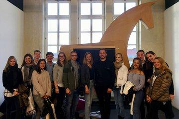 Studierende der Media- und Kommunikationsberatung waren im Rahmen des zweiten Kamingesprächs Werbung 2019 zu Gast bei Jung von Matt/Donau.