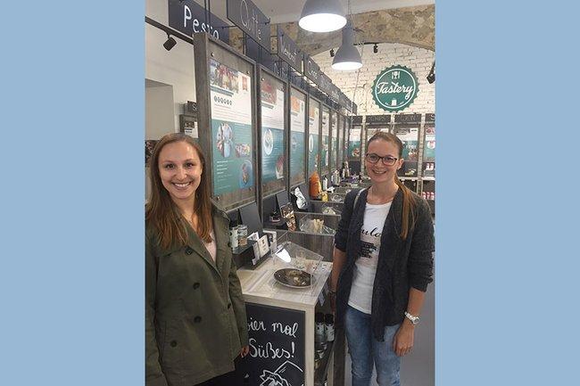 Die Studentinnen Anika Sauer (links) und Nicole Pollitzer (rechts) vor Ort in der Tastery.