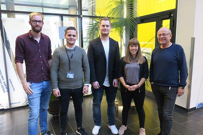 Die Alumni (v. l. n. r.) Jakob Wasshuber, Fabian Knauseder, Florian Dobin und Ines Fernau zusammen mit Studiengangsleiter Ewald Volk