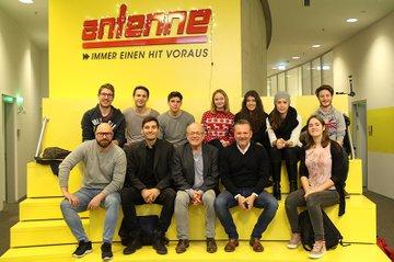 Die Medienmanagement-Studierenden zusammen mit Lehrveranstaltungs-Leiter Ewald Volk, Gottfried Bichler und Michael Fischeneder