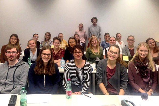 Die Gruppe der Studierenden aus dem Masterstudium Media- und Kommunikationsberatung zusammen mit den Gastreferierenden.