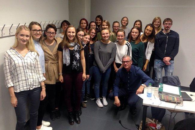 Gastreferent Ingo Hagedorn zusammen mit den Studierenden