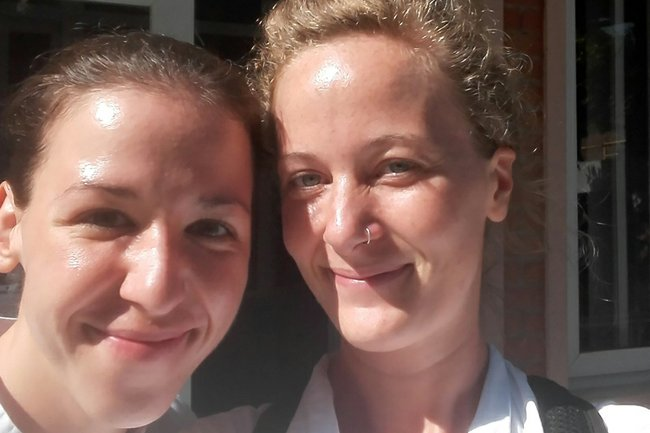 """Selfie"" in Nepal: Mira Crillovich-Cocoglia und Ulrike Emminger, Studentinnen des Studiengangs Physiotherapie"