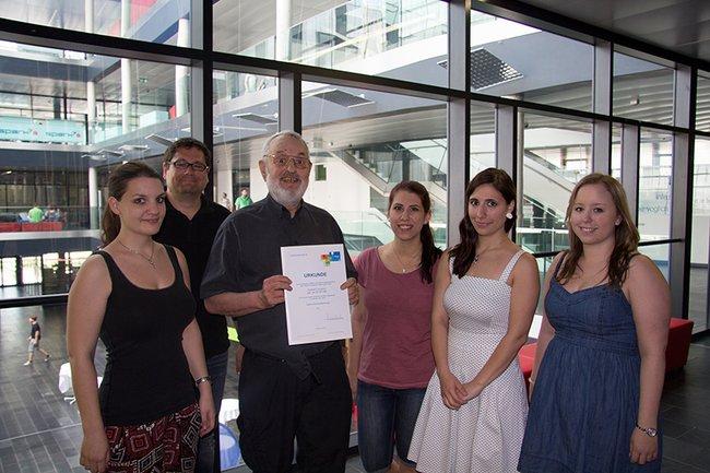 Gerhard Turcsanyi an der FH St. Pölten umringt von seinen Student*innen