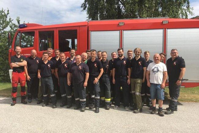 Freiwillige Feuerwehr Thernberg mit Stefan Rottensteiner (1.v.l.)