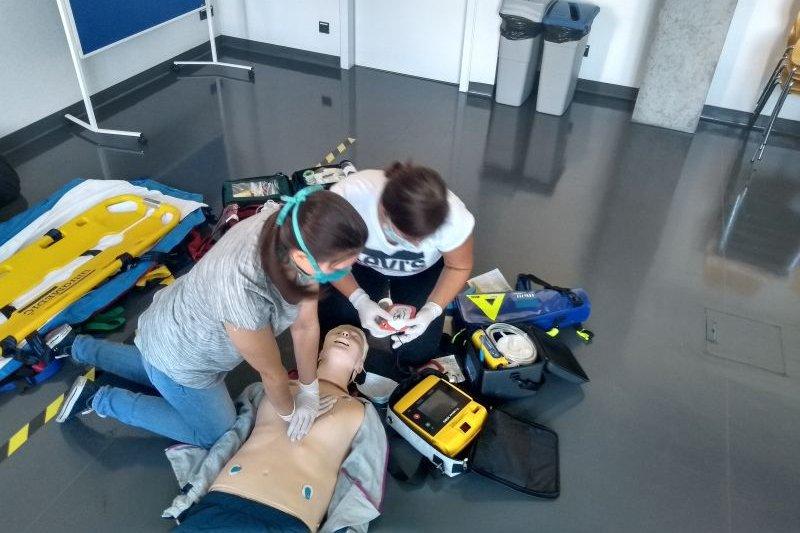 2 Studierende bei der Prüfung mit einer Puppe