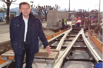 Otfried Knoll auf der Baustelle der StadtRegioTram Gmunden