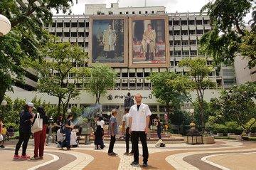 Exotischer Arbeitsplatz: Marco Minic vor dem Sirirac Hospital in Bangkok
