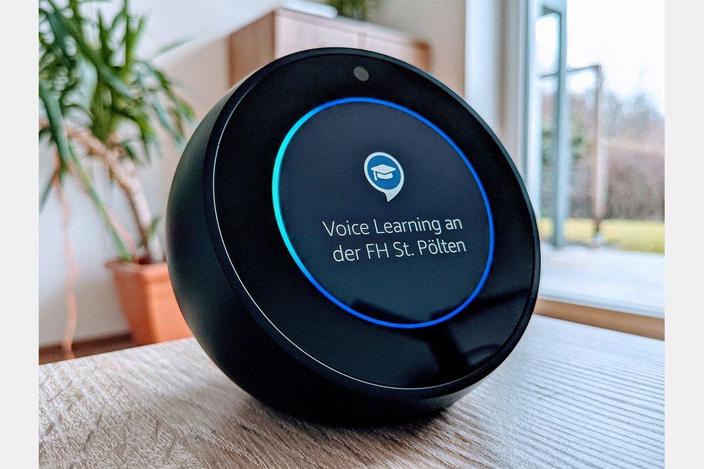 Ein Alexa Lautsprecher auf einem Tisch