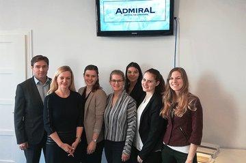 Die drei Teams bei der Präsentation ihrer PR-Konzepte vor dem Kunden Admiral.