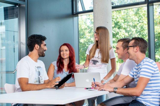 Studierende (Bachelor Media- und Kommunikationsberatung) erarbeiteten im Praxislabor Public Relations Konzepte für Microsoft Österreich.