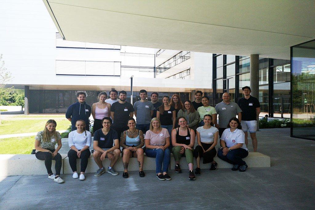 Gruppenfoto der Lehrgangsabsolvent*innen der präklinischen Notfallmedizin vordem Haupteingang des neuen Gebäudes am Campus der FH St. Pölten