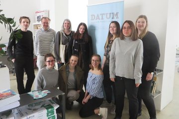 Die Studierenden des Bachelorstudiums Medienmanagement zusammen mit Dozent Roland Steiner vor Ort in der Redaktion von DATUM.