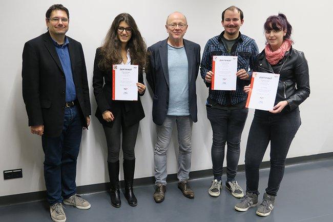 Studierende zusammen mit den beiden Studiengangsleitern Helmut Kammerzelt und Ewald Volk.