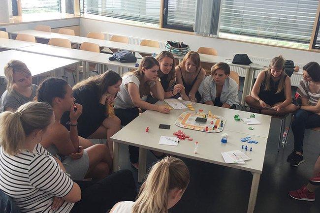 Die Studierenden in Aktion beim Projektmanagement-Spiel