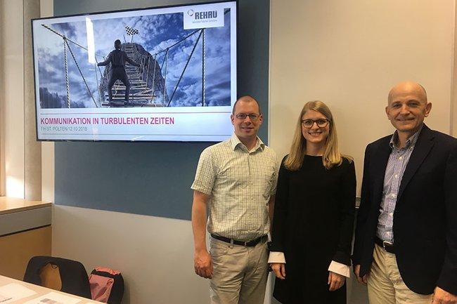 (v.l.n.r.): Dozent Harald Wimmer zusammen mit der Lehrveranstaltungs-Leiterin Isabella Schulner und Auftraggeber Ingo Krendelsberger.