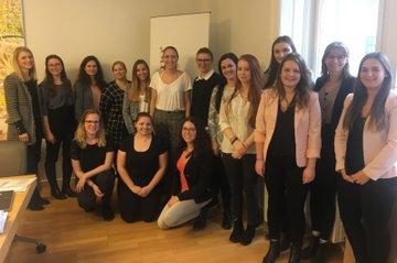 Im Praxislabor Public Relations (PR) im Bachelor Studiengang Media- und Kommunikationsberatung arbeiteten die Studierenden an einem Projekt für und mit REHAU Österreich.