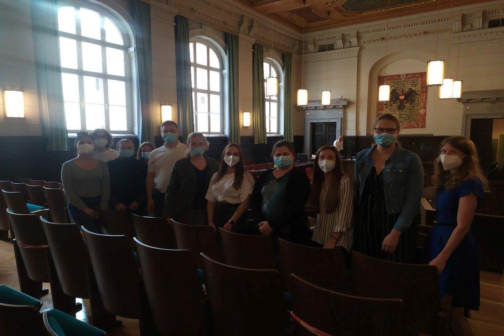 Studierende des Lehrgangs Präklinische Versorgung und Pflege im Gerichtssaal