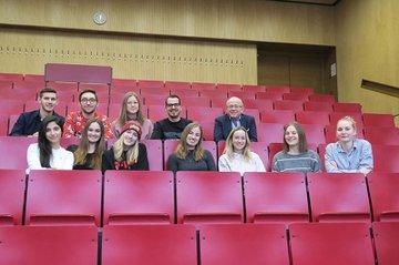 Einige der zahlreichen Teilnehmerinnen und Teilnehmer des Zertifizierungslehrganges mit Studiengangsleiter Ewald Volk.jpg