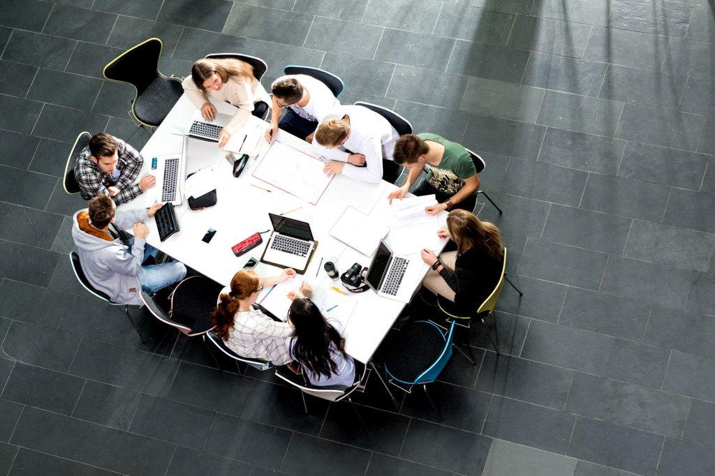 Symbolbild: Mehrere Personen sitzen an einem Besprechungstisch