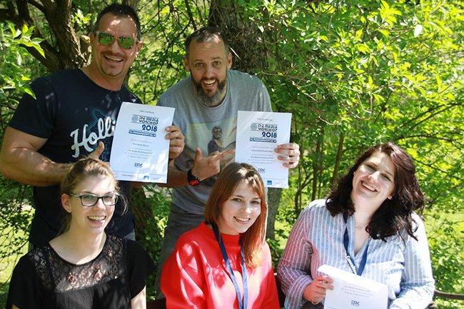 """Das glückliche Sieger-Team """"Medie Krokus"""" mit Studentin Miriam Rosenfeld (rechts außen)."""