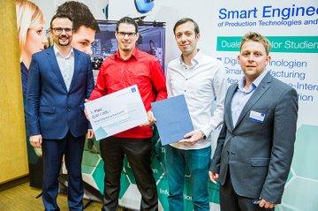 Platz 1: Studiengangsleiter Franz Fidler (li.) und FH-Dozent Thomas Felberbauer (re.) mit den Gewinnern.