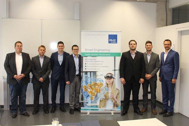 Franz Fidler, Thomas Felberbauer und Thomas Moser gratulieren den Absolventen des Studiengangs Smart Engineering