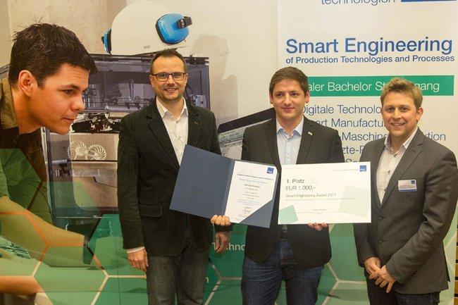 Studiengangsleiter Franz Fidler (li.) und FH-Dozent Thomas Felberbauer (re.) mit dem Gewinner des Smart Engineering Awards