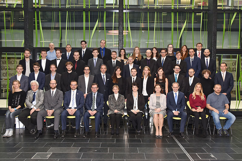 Gruppenfoto Sponsion Bachelor Medientechnik, Master Digitale Medientechnologien, Master Digital Healthcare, Bachelor IT Security, Master Information Security, Masterlehrgang Film, TV & Media - Creation and Distribution