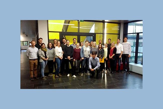 Die TeilnehmerInnen-Gruppe aus dem 1. Semester des Lehrgangs Digital Marketing zusammen mit dem Leiter Harald Rametsteiner.