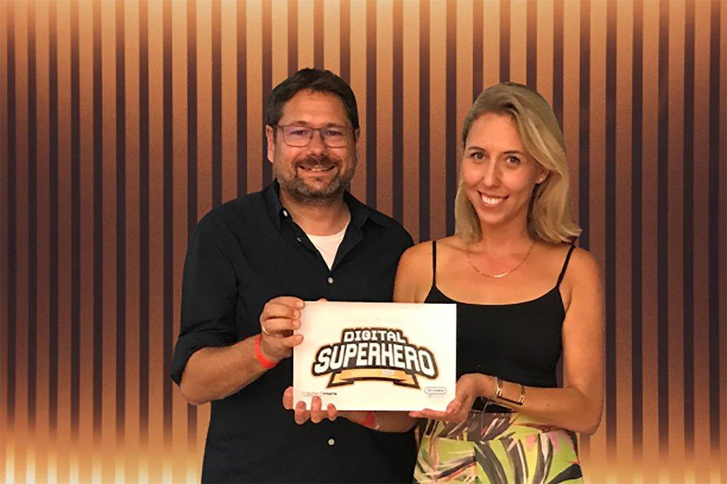 Helmut Kammerzelt, Studiengangsleiter Marketing & Kommunikation der FH St. Pölten mit Stefanie Koch Absolventin und Digital Superhero 2020