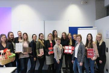 Die Studierenden der Media- und Kommunikationsberatung zusammen mit der Auftraggeberin von Hofer-Kerzen und der Lehrveranstaltungs-Leiteirn aus dem Bereich PR