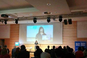 """Anna Steinacher, Studentin Media- und Kommunikationsberatung, während ihrer """"120 Sekunden""""-Präsentation"""