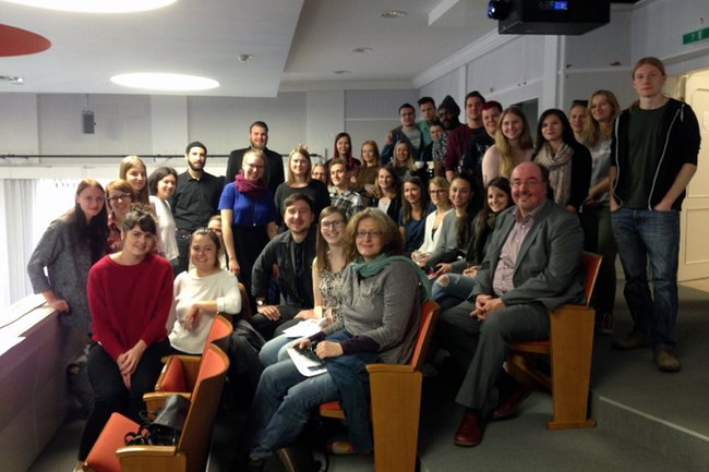 Studierende des Bachelor Studiengangs Soziale Arbeit mit FH-Professor Christoph Redelsteiner
