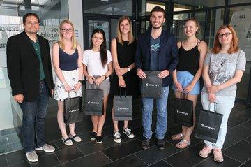 Ein Teil der Studierenden bei der Überreichung der Emarsys-Urkunden zusammen mit LV-Leiter Octavian Filimon und Studiengangsleiter Helmut Kammerzelt