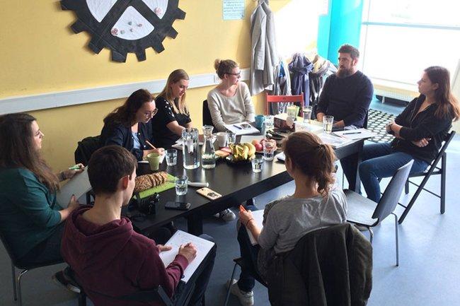 Die Studierenden der Masterklasse Grafik Design beim Briefing mit Geschäftsführer Enver Hasanovic