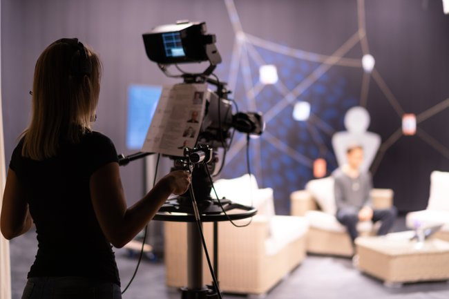 Studierende der Studiengänge Digitale Medientechnologien und Media & Kommunikationsberatung setzen zwei Studioproduktionen um