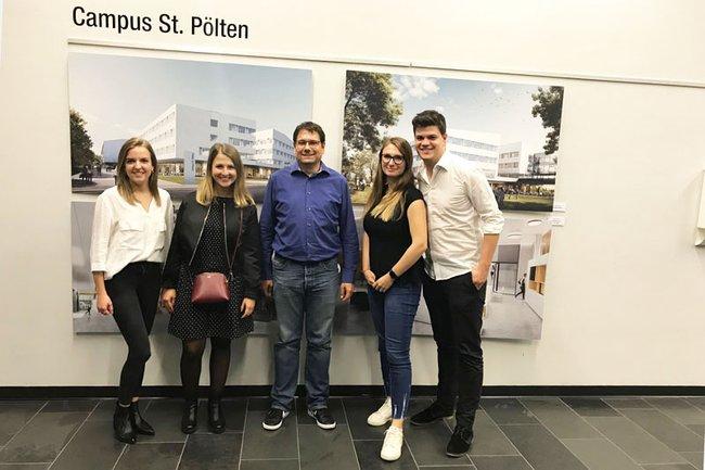 Studiengangsleiter Helmut Kammerzelt mit seinen Absolventinnen und Absolventen