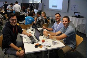 Smart Engineering-Student Christian Reichl und seine Teamkollegen während der Summer School bei Infineon