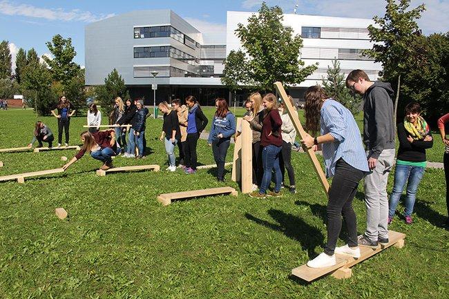Die Studierenden des Masterstudiums Media- und Kommunikationsberatung beim Teamtraining