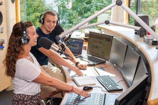 """Das Kurzhörspiel """"Rosa und Luisa"""" von Gabriele Ebmer (Bereichsleitung Kultur campus & cityradio 94.4) schaffte es in die Top 10 des Kurzhörspielwettbewerbs Track 5' von Ö1 und der Schule für Dichtung."""