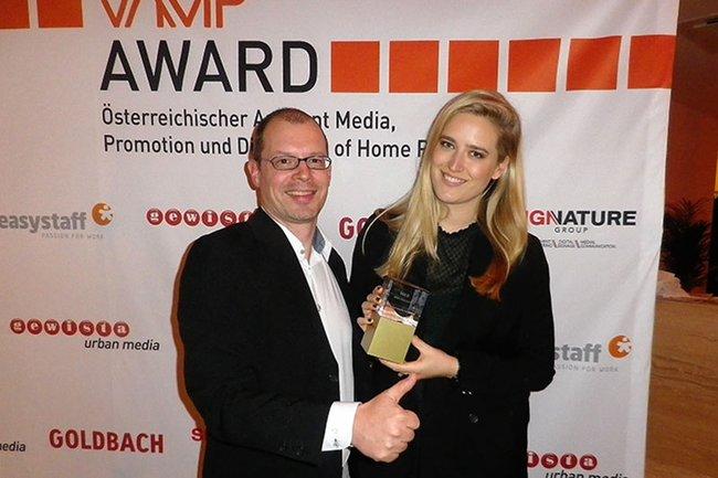 Harald Wimmer (Studiengangsleiter Media- und Kommunikationsberatung, MA) zusammen mit Gewinnerin und MuK-Absolventin Barbara Assmann.