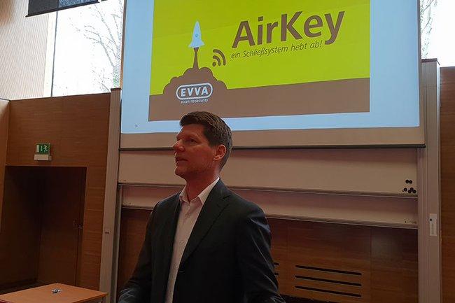 Martin Kernthaler, Vice President Marketing and Communications bei EVVA Sicherheitstechnologie, war zu Gast im Bachelor Studiengang Media- und Kommunikationsberatung.