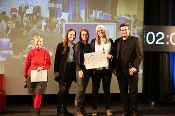 Die Gruppe der Medienmanagement-Studierenden, welche mit ihrem Projekt aus dem Praxislabor Online den ersten Platz bei der Projektevernissage den 1. Preis eingeheimst hat.