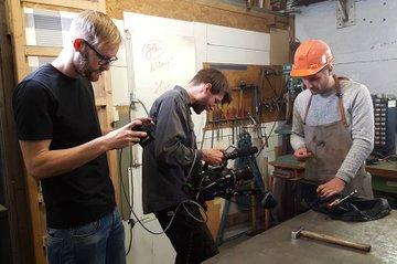 Jakob Wasshuber überprüft bei den Dreharbeiten das Bild am Monitor