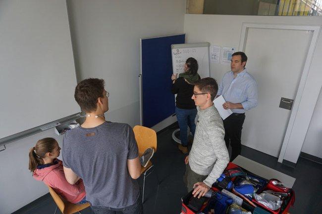 Kurs-TeilnehmerInnen mit FH-Dozent Manuel Kaider