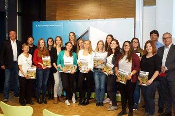 Ein Teil der Verfasserinnen zusammen mit VertreterInnen der Fachhochschule und des DMVÖ.