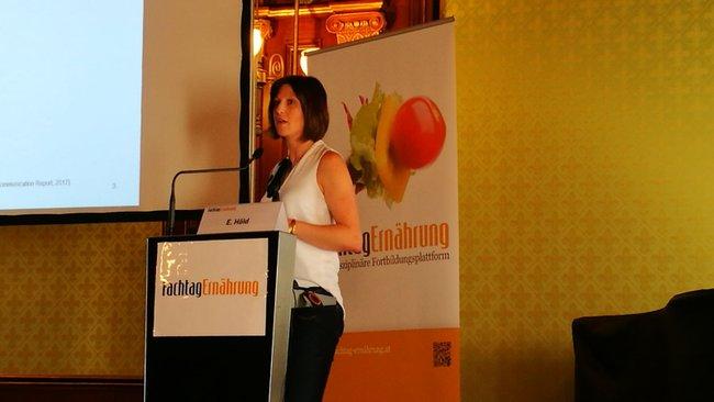 Elisabeth Höld bei ihrem Vortrag