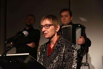 Monika Vyslouzil hält Laudatio bei Alexander Friedmann Preisverleihung
