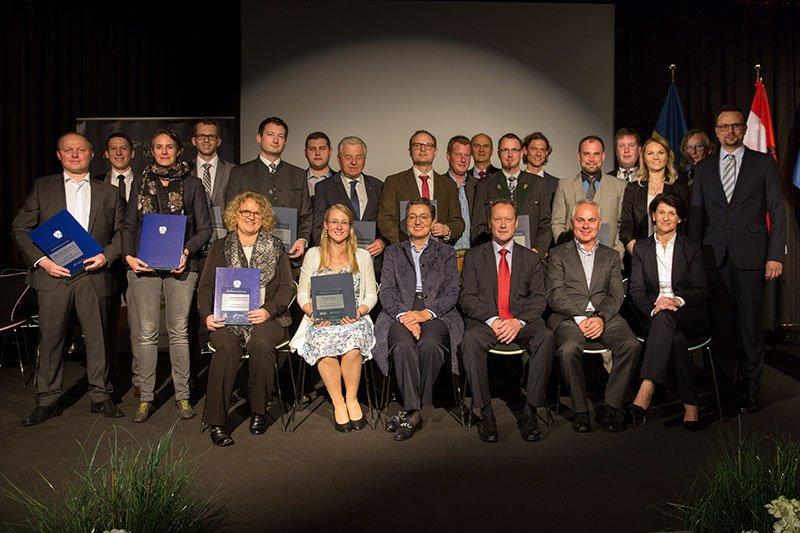 Absolventinnen und Absolventen der Lehrgänge mit Vertreterinnen und Vertretern der Lehgangsteams